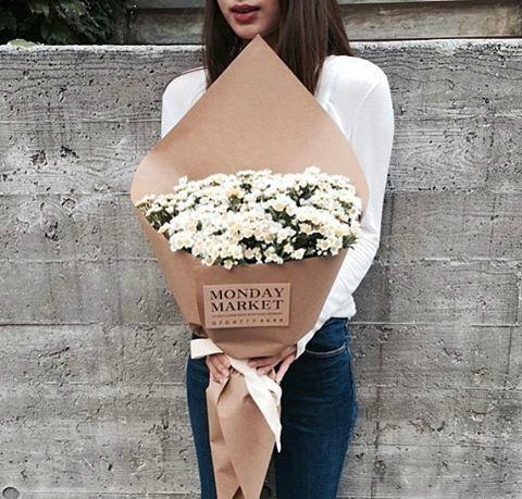 唯美qq相册名称大全_唯美女生QQ空间相册:手捧花,只为等你来。_QQ好听网